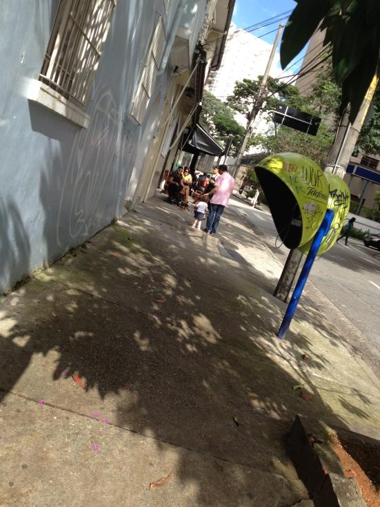 menina escapando depois do almoço
