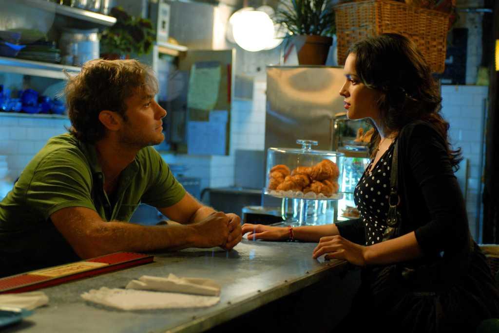 Jude Law e Norah Jones no filme de Wong Kar Wai (o beijo roubado na torta de blueberry)