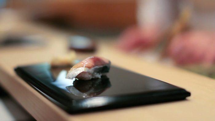 """Sushi do """"primeiro movimento"""" no restaurante de Jiro: para as mulheres, uma peça menor"""